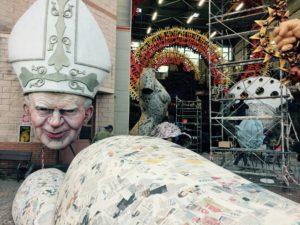 carri in costruzione all Cittadella del Carnevale