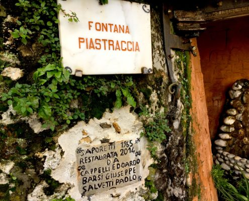 particolare della fontana della Piastraccia a Casoli di Camaiore