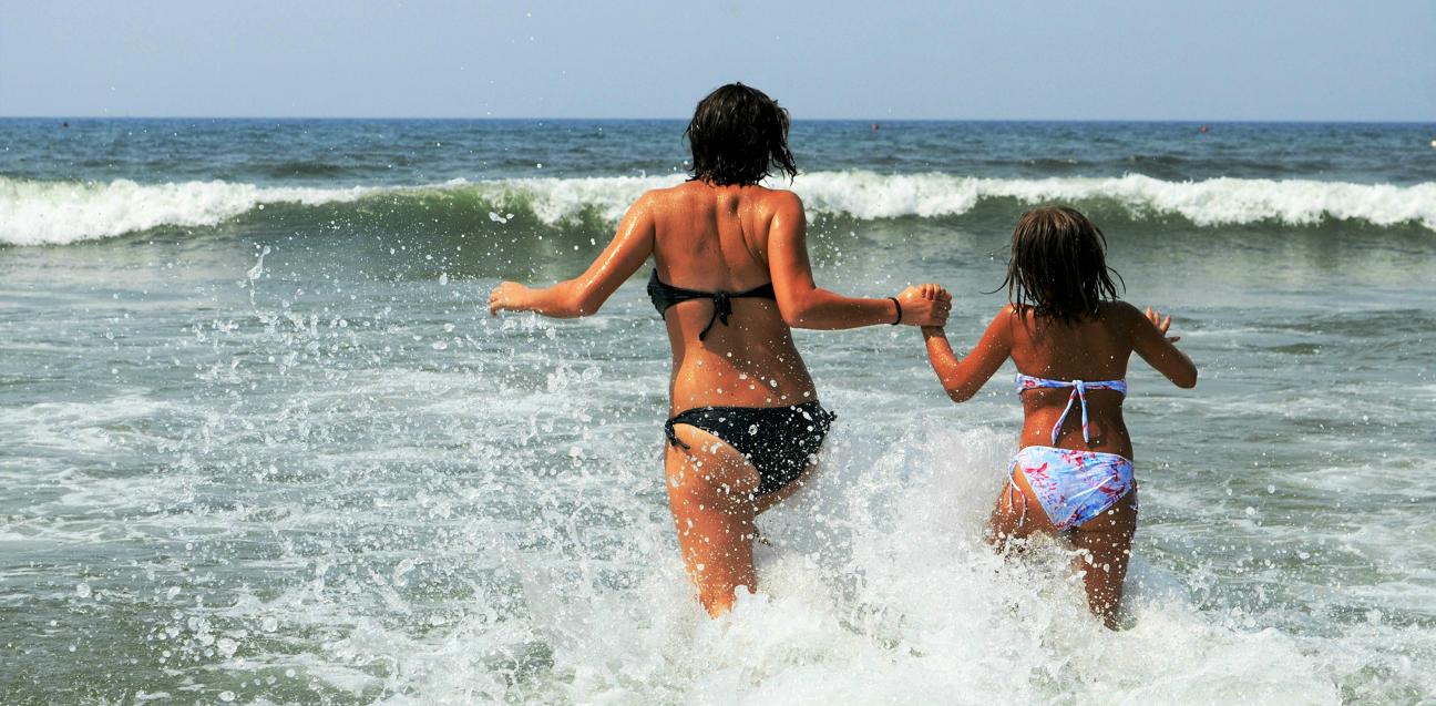 Mamma e figlia al mare- Tuffo in Versilia