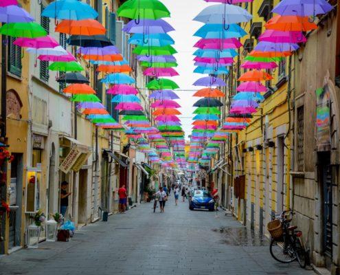 pietrasanta via mazzini ombrelli