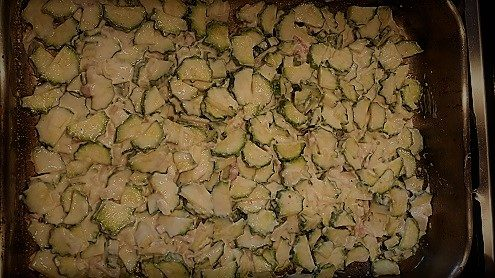 zucchini in teglia pronti da infornare per la scarpaccia