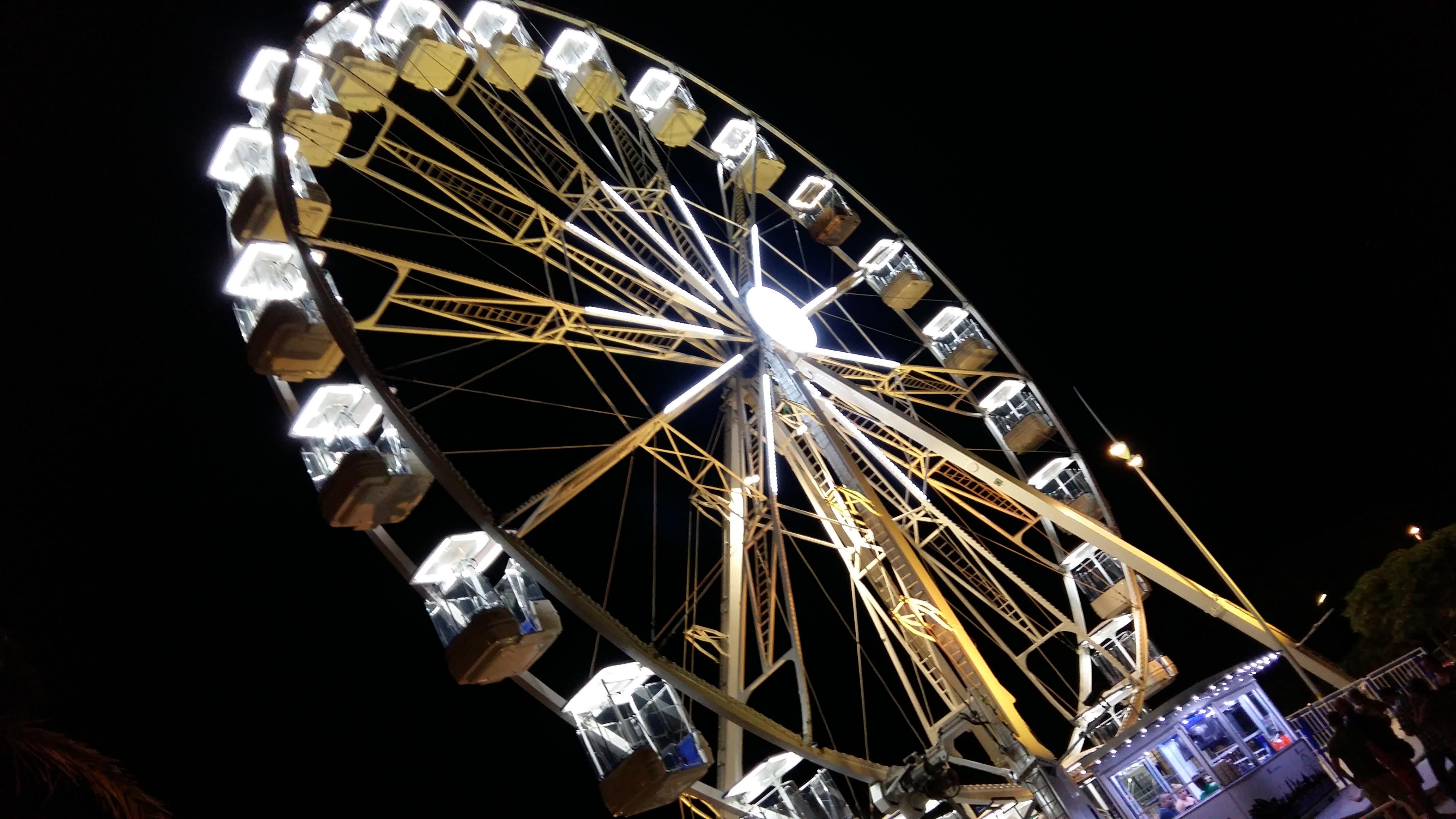 ruota panoramica lido di camaiore in notturma
