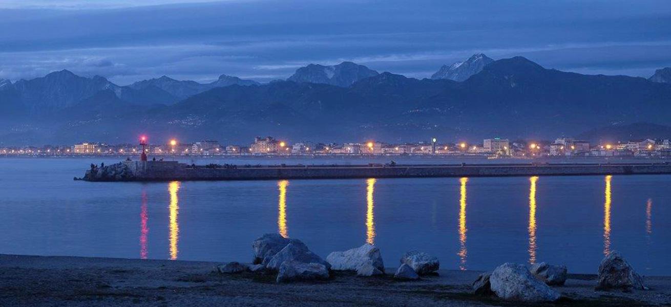 costa-versilia-notturna-mare-monti