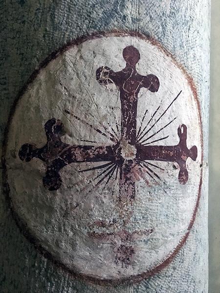 Particolare di una colonna all'ingresso della Chiesa di Santa Maria Assunta a Stazzema