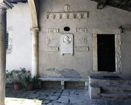 Particolare esterno della Chiesa di Santa Maria Assunta di Stazzema