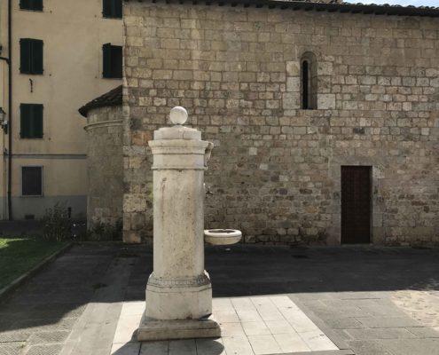 fianco della chiesa di San Michele a Camaiore