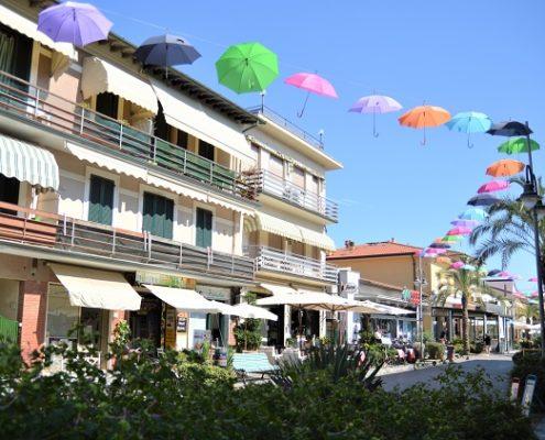 Tonfano Pietrasanta Via Versilia Ombrelli