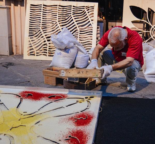 realizzazione di un tappeto di segatura