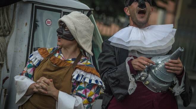 Sabato 29 agosto a Camaiore arriva l'Ape Teatrale, un teatro itinerante allestito su un'Apecar, lo storico veicolo Piaggio. Il progetto è una produzione del Teatro de Giglio, realizzata in collaborazione con la Compagnia If Prana e il Comune di Lucca. Ape Teatrale porta i